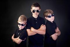 Tres hombres jovenes en negro Fotos de archivo libres de regalías