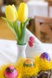 Tres huevos de Pascua en cesta de mimbre Imágenes de archivo libres de regalías
