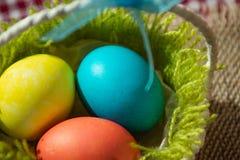 Tres huevos de Pascua en una cesta fotografía de archivo libre de regalías
