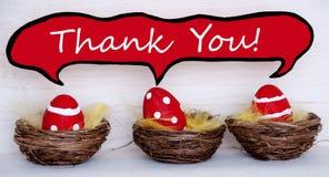 Tres huevos de Pascua rojos con el globo de discurso cómico con le agradecen Imagen de archivo libre de regalías
