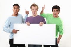 Tres individuos jovenes con la muestra Imagen de archivo