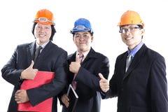 Tres ingenieros con el pulgar encima de la muestra Fotografía de archivo