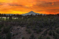 Tres Jack Mountain digitado en la puesta del sol en Oregon central Fotografía de archivo