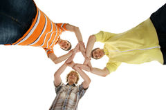 Tres jovenes y adolescentes felices que se ligan Fotografía de archivo