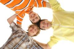 Tres jovenes y adolescentes felices que se ligan Imagen de archivo libre de regalías