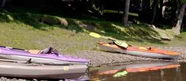 Tres kajaks en la orilla del río Fotografía de archivo libre de regalías