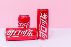 Tres latas de Coca-Cola con dos escritos en chino fotografía de archivo libre de regalías
