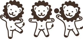 Tres leones jovenes de la historieta divertida que se divierten y que engañan alrededor Imágenes de archivo libres de regalías