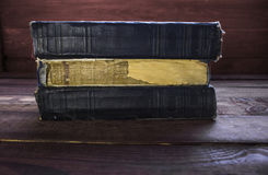 Tres libros viejos en el escritorio de madera Imágenes de archivo libres de regalías