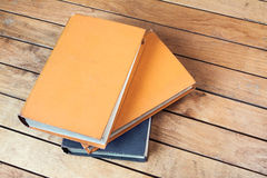 Tres libros viejos en la tabla de madera Fotos de archivo libres de regalías