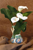 Tres lirios en un florero Imagenes de archivo