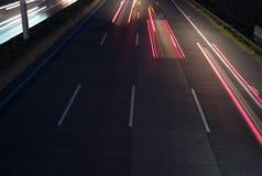 Tres luces traseras rojas en la autopista sin peaje fotografía de archivo