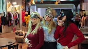 Tres máscaras hermosas el dormir de las chicas jóvenes que llevan 20s en la tienda de ropa almacen de metraje de vídeo