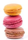 Tres macarons coloridos aislados en blanco Foto de archivo libre de regalías