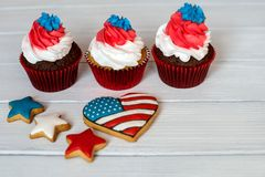 Tres magdalenas temáticas patrióticas americanas para el 4 de julio con la bandera americana en forma de corazón Profundidad del  Foto de archivo libre de regalías