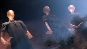 Tres maniquíes en un escaparate con una reflexión del cielo de la tarde Efecto de la exposición doble Fondo para los temas sobre  imágenes de archivo libres de regalías