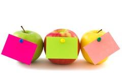 Tres manzanas con las etiquetas engomadas de la nota, horizontales Imagenes de archivo