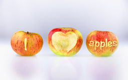 Tres manzanas ecológicas con las MANZANAS de AMOR de la inscripción I Foto de archivo libre de regalías