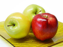 Tres manzanas en una placa Imagenes de archivo
