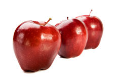 Tres manzanas rojas en el fondo blanco imagen de archivo