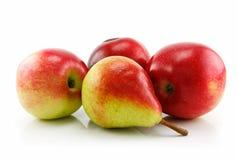 Tres manzanas y peras rojas maduras en la fila aislada Imagen de archivo