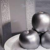 Tres manzanas y tarjetas de plata de la invitación Fotos de archivo libres de regalías