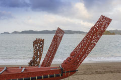 Tres maravillosamente barcos maoríes tallados de madera Imagenes de archivo