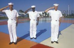 Tres marineros americanos que se colocan en el mapa mundo de los Estados Unidos, mar, San Diego, California imágenes de archivo libres de regalías