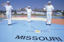 Tres marineros americanos que se colocan en el mapa mundo de los Estados Unidos, mar, San Diego, California Fotos de archivo