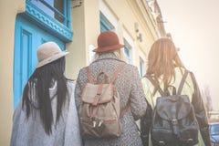 Tres mejores amigos que caminan en la calle Fotografía de archivo libre de regalías