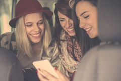 Tres mejores amigos que montan en el coche Foto de archivo libre de regalías
