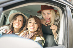 Tres mejores amigos que montan en el coche Fotos de archivo libres de regalías