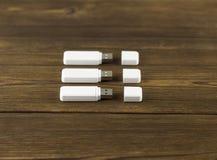 Tres memorias USB blancas del USB en un usb de madera del fondo fotografía de archivo