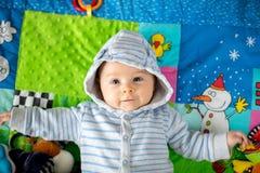 Tres meses felices del bebé, jugando en casa en una a colorida Fotografía de archivo libre de regalías