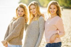 Tres modelos de moda al aire libre Fotos de archivo