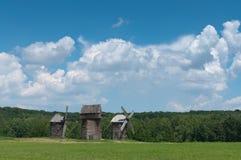 Tres molinoes de viento de madera viejos. Fotografía de archivo