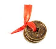 Tres monedas chinas para atraer una abundancia Fotografía de archivo