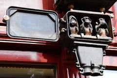 Tres monos sabios pequeño grupo escultural puesto en caja antigua del fusible del reloj eléctrico Foto de archivo libre de regalías