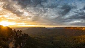 Tres montañas azules Australia de las hermanas en la salida del sol Imágenes de archivo libres de regalías