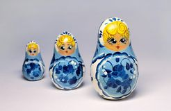 Tres muñecas de madera rusas tradicionales Imagen de archivo libre de regalías