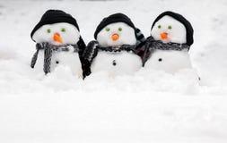 Tres muñecos de nieve lindos con el espacio de la copia Imágenes de archivo libres de regalías