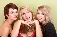 Tres muchachas adolescentes atractivas sonríen para un retrato Imagenes de archivo