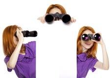 Tres muchachas adolescentes del redhead con los prismáticos Fotos de archivo