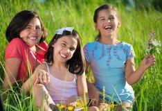 Tres muchachas adolescentes felices en el parque Foto de archivo libre de regalías