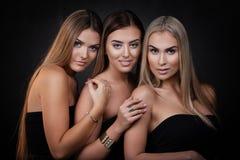 Tres muchachas atractivas Imagenes de archivo