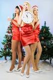 Tres muchachas atractivas que desgastan la ropa de Papá Noel Fotos de archivo libres de regalías