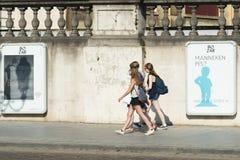 Tres muchachas con las mochilas Fotos de archivo libres de regalías