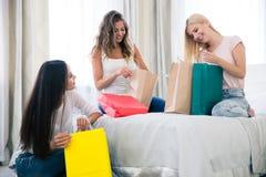 Tres muchachas con muchos panieres Imágenes de archivo libres de regalías