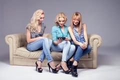 Tres muchachas con smartphone imágenes de archivo libres de regalías