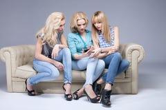 Tres muchachas con smartphone fotos de archivo libres de regalías